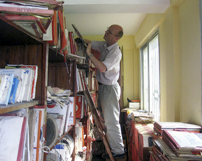 Dr Graeme Counsel in the Radio Télévision Guinée archives